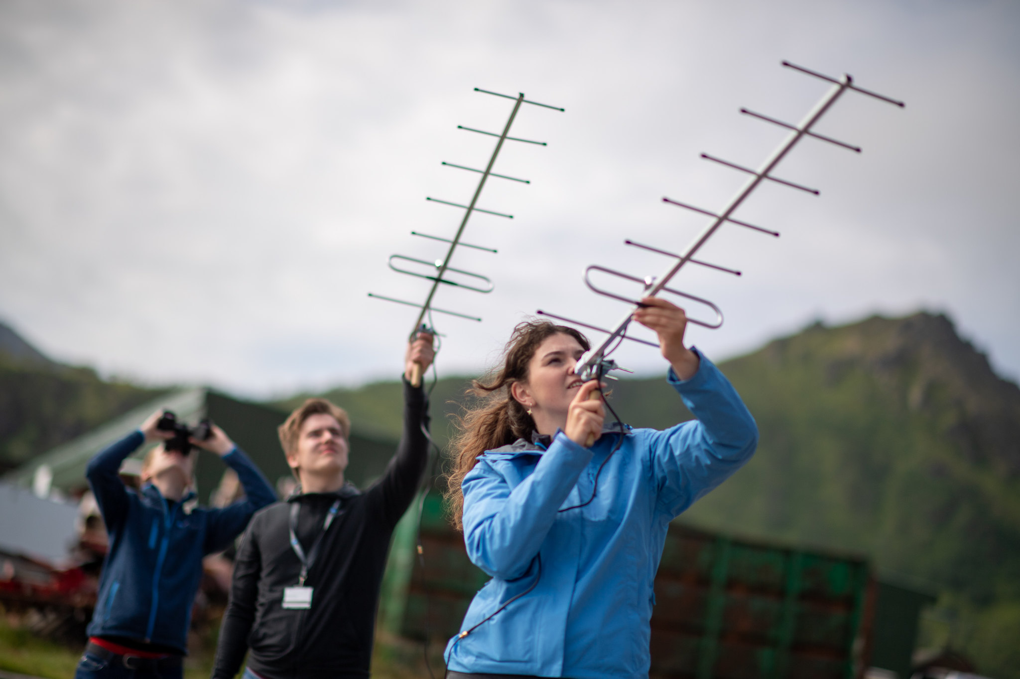 Studenter ved Andøya Space sin sommer camp søker etter data fra sin CanSat. Foto: Andøya Space Education.