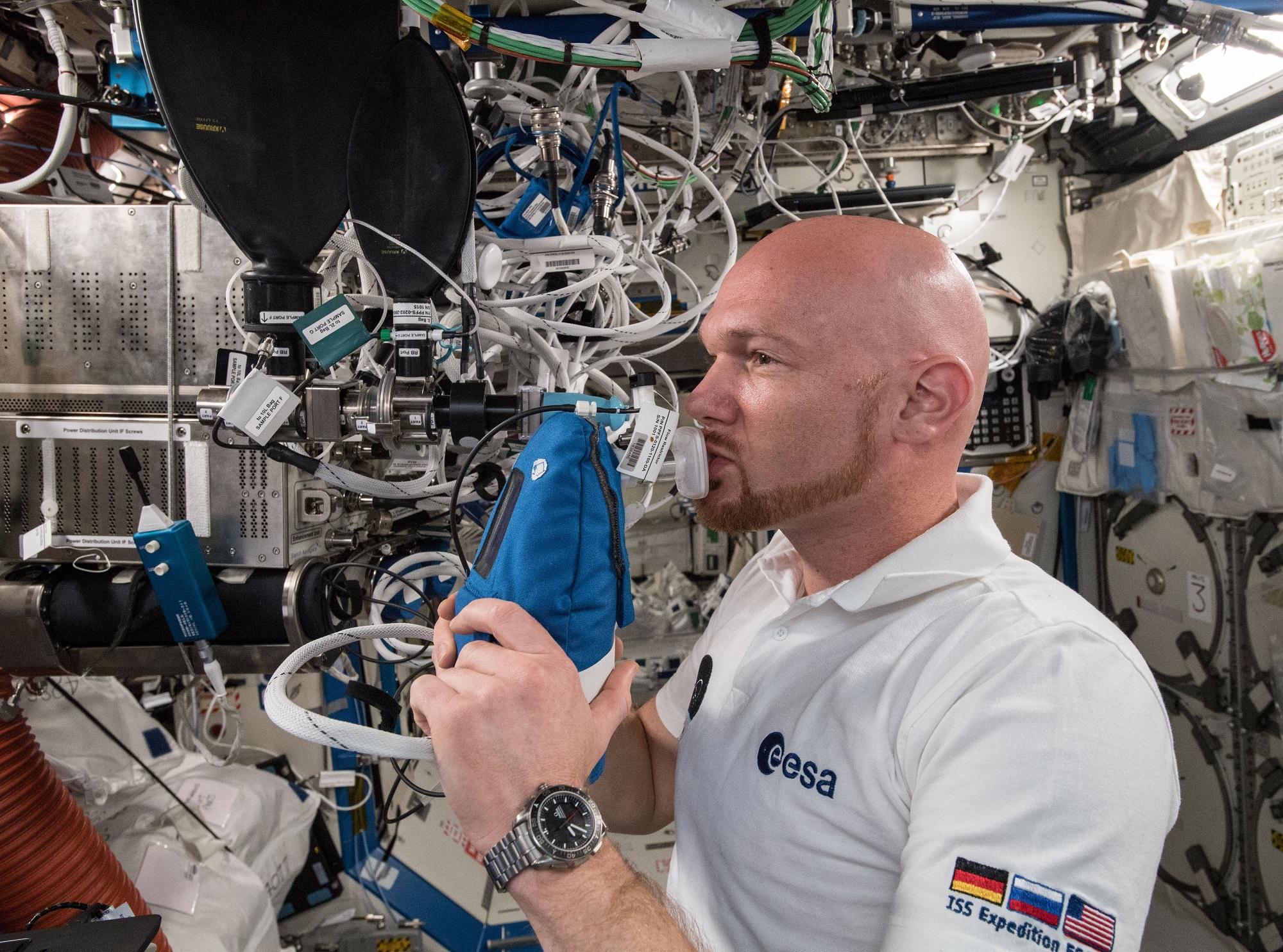 Alexander Gerst, ESAs tyske astronaut, måler nitrogenoksid fra pusten i et svensk lungeforsøkpå romstasjonen. Foto: NASA