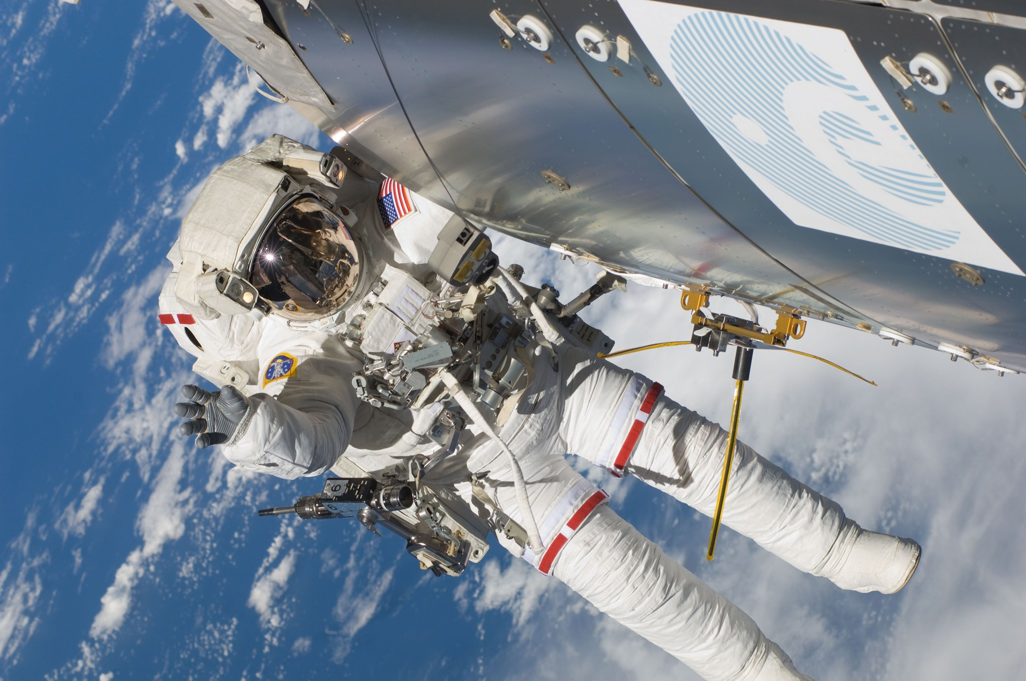 NASAs astronaut Randolph Bresnik satte oppantennen til NORAIS og Vessel-ID utenfor romstasjonen i november 2009. Foto: ESA.