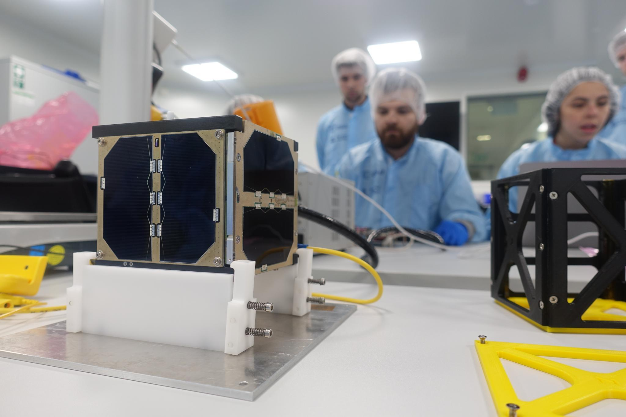 En cube-satellitt i studentprogrammet Fly Your Satellite er klar for testing. Foto: ESA
