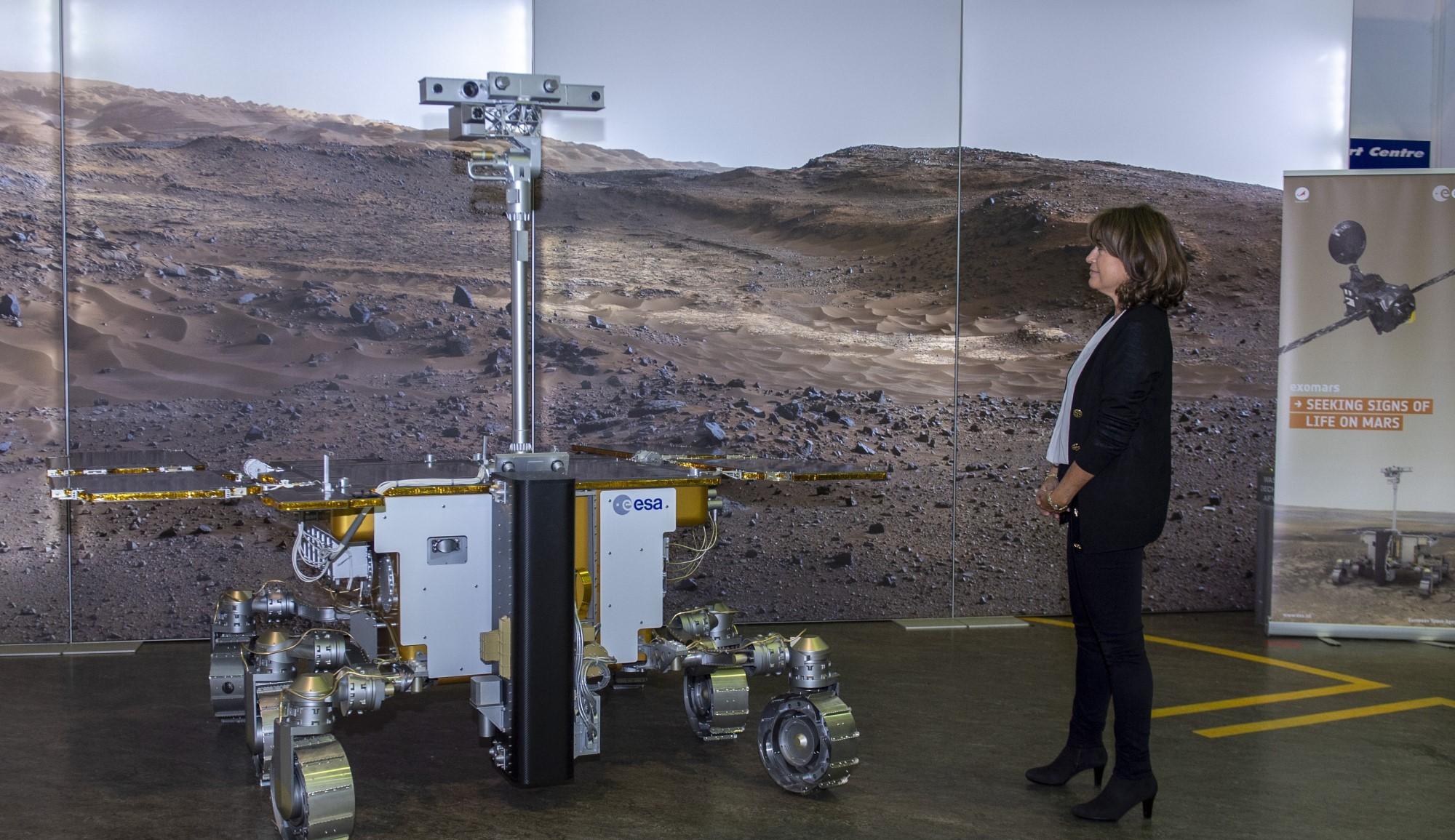 Niesen til Rosalind Franklin, som også heter Rosalind, fikk se en fullskala modell av roveren da hun var på besøk hos ESA i 2018. Foto: ESA/G. Porter