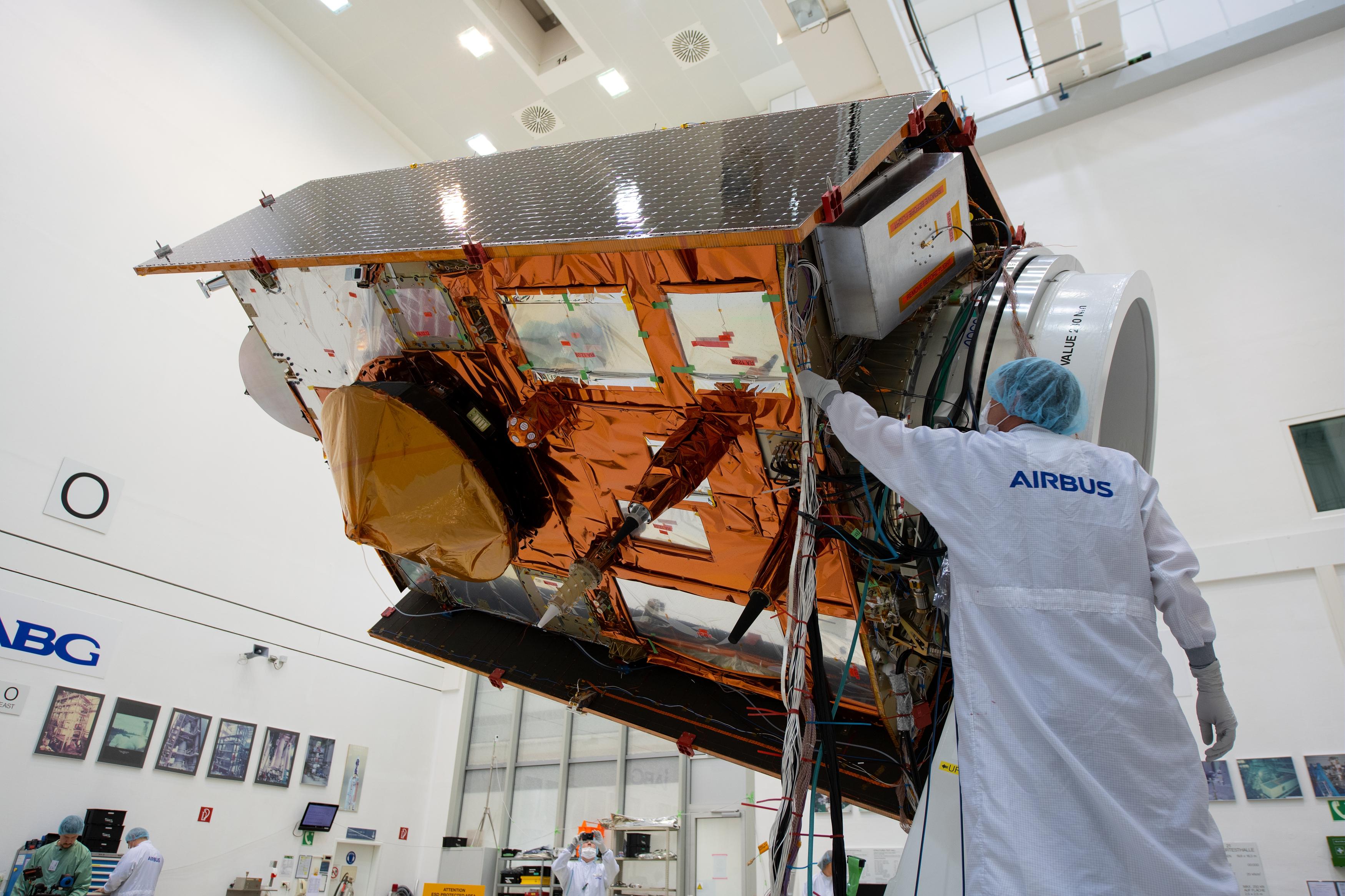 Sentinel 6 under bygging i Tyskland. Satellitten vil måle havnivå, topografien under havene, vind og bølgehøyder. Foto: ESA.