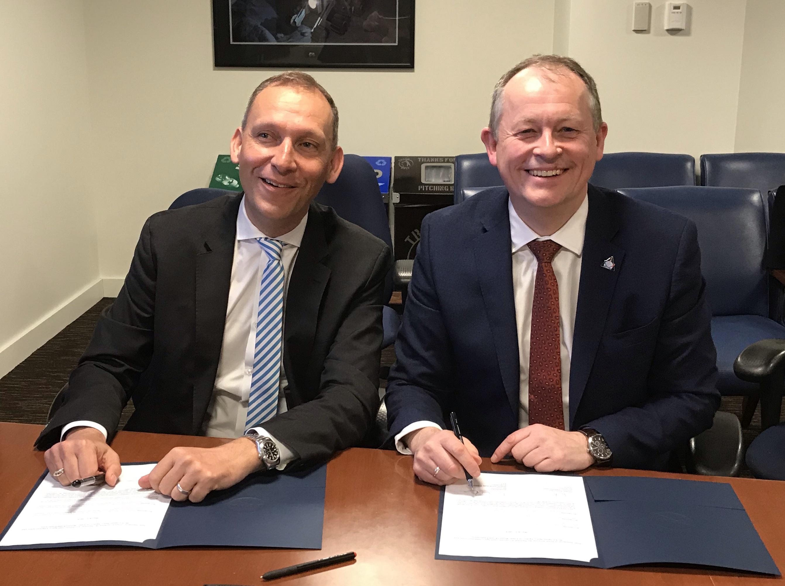 Avtalen mellom ESA og NASA om utforsking av månen ble undertegnet av Thomas Zurbichen ( til venstre), en av de øverste lederne for NASAs Vitenskapsdirektorat, og David Parker (til høyre), ESAs Direktør for bemannet og robotisk utforsking. Foto: ESA/M. Tabache