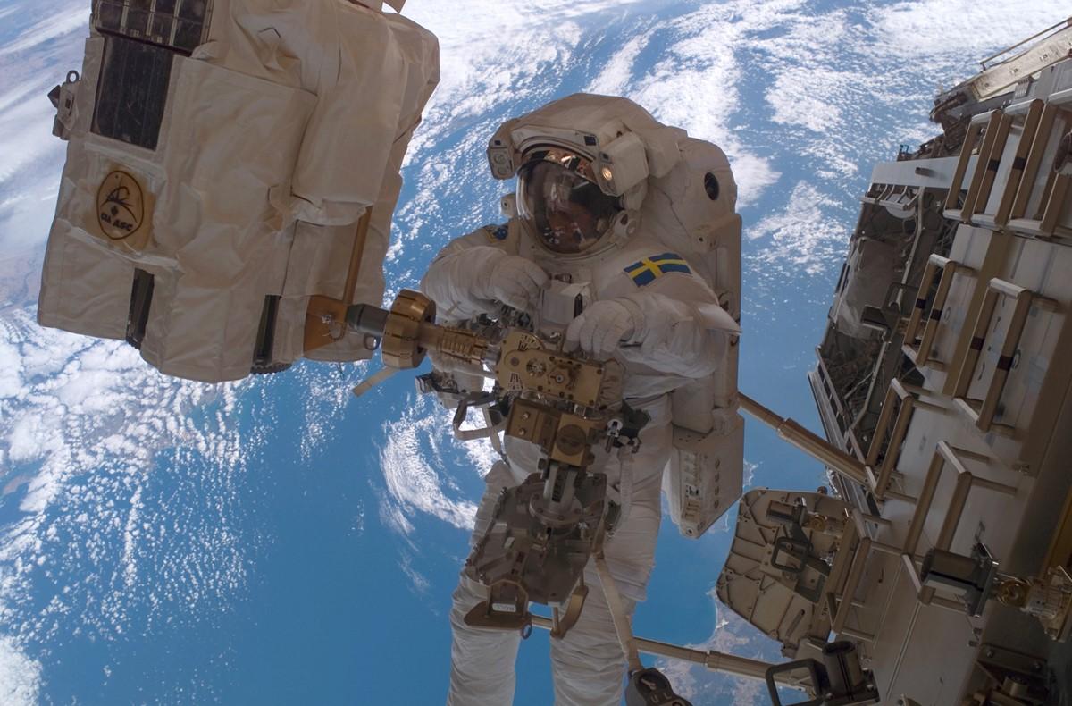 ESAs norsk-svenske astronaut Christer Fuglesang er en av dem som har hatt flest timer medromvandring. Foto: NASA/ESA