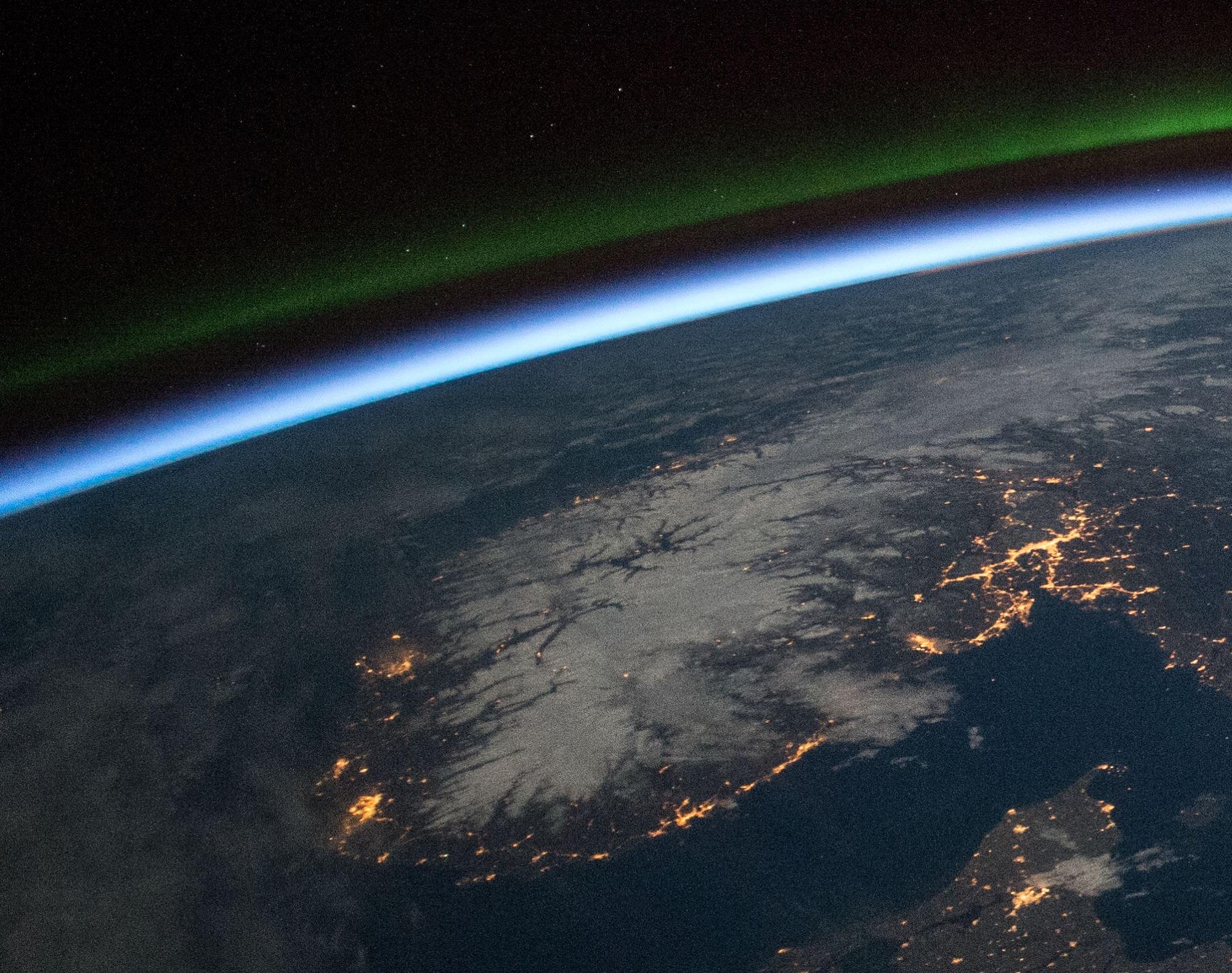 Norge sett fra rommet om natten. Foto: NASA/ESA