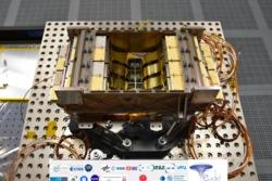 Elektronikkstrukturen med føttene som Prototech har laget for romteleskopet Euclid sett fra siden og ovenfra. Foto: Laboratoire d'Astrophysique de Marseille/CNRS/AMU/CNES/Euclid Consortium