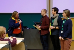 Anja Strømme ved Norsk Romsenter gratulererer SatLab, vinnerne av Norsk Romsenters pris på #hack4no 2018. Foto: #hack4no