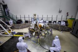 Mars InSight under testing av solcellepanelene flere måneder før pakking og oppskyting. Foto: NASA/JPL-Caltech/Lockheed Martin Space