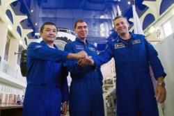 Andreas Mogensen (til høyre) med Ajdyn Ajmbetov (til venstre) og Sergej Volkov. De tre ble skutt opp til romstasjonen 2. september 2015. Foto: Roskosmos