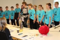 Svenske NoTCrackers presenterer sitt prosjekt og prototype av romtreningsdrakt foran dommerne. Foto: Norsk Romsenter