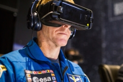 Her tester den britiske romfareren Tim Peake virtuell virkelighet. Foto:ESA