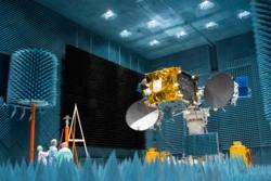 Relésatellitten EDRS-C testes i et ekstremt lydisolert rom hos Airbus i Tyskland. Foto: ESA