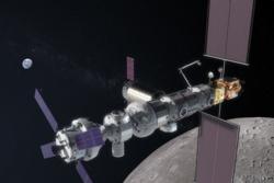 Slik kan Gateway, den nye romstasjonen i bane rundt månen, komme til å se ut. Orion er dokket lengst til venstre. Illustrasjon: NASA