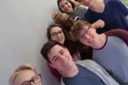 De seks italienske skoleelevene som oppdaget det nye røntgenobjektet. Foto: INAF