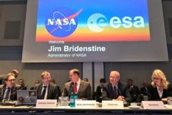 På ESA Councils møte 12. og 13. desember 2018 i Tyskland inviterte NASAs sjef Jim Bridenstine (tredje fra venstre) ESA med på samarbeid om ferder til månen og Mars. Foto: ESA