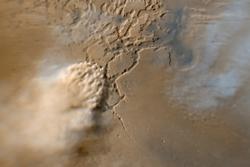 Støvstorm på Mars som beveger seg nedover mot venstre i bildet. Øverst og til høyre er skyer av iskrystaller. Foto: NASA/JPL
