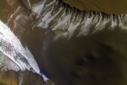 Krater med is av CO2 nær sørpolen på Mars sett av ExoMars Trace Gas Orbiter. Foto: ESA/Roscosmos/CaSSIS