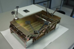 Elektronikkstrukturen med føtter som Prototech har laget til NISP-instrumentet på romteleskopet Euclid. Foto: Prototech
