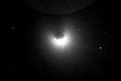Jordas geokorona sett fra månen. Dette bildet ble tatt i ultrafiolett av romfarerne på Apollo 16 i 1972. Foto: NASA