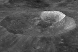 Wargo-krateret på månen. Finnes det vann i form av is i dype og mørke kratre på månen?