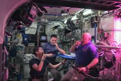 Romfarerne Kimiya Yui (f.v.), Kjell Lindgren og Scott Kelly nyter fersk egendyrket salat på romstasjonen i 2015. Dyrking av mat blir viktig på lange romferder i fremtiden. Foto: NASA