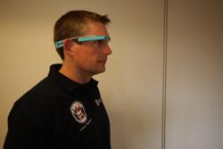 Andreas Mogensen med Mobi-PV, et eksperiment med kamerabriller som skal gjøre kommunikasjonen med bakkekontrollen lettere og tettere. Foto: ESA/J. Harrod