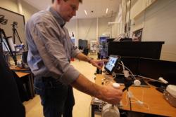Andreas Mogensen med den spesielle styrespaken som skal brukes til å styre en rover på jorda fra romstasjonen. Foto: ESA/J. Harrod