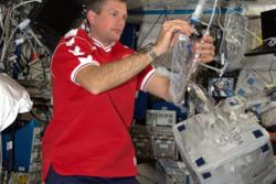 Den danske astronauten Andreas Mogensen tester et vannfilter av dank nanoteknologi ombord på romstasjonen i september 2015. Foto: ESA