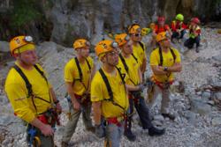 Astronauter på trening i Sicilias huler briefes før nedstigningen. Danske Andreas Mogensen synes lengst til høyre. Foto: ESA/V. Crobu