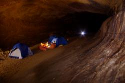Grottesystemer er mørke og kalde, har begrenset med utstyr og privatliv, og krever samarbeid, derfor er hulevandring bra trening for astronauter. Foto: ESA/V. Crobu