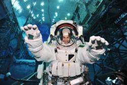 ESAs italienskeastronaut Samantha Christoforetti under trening i kjempebassenget til NASA. Foto: NASA/ESA