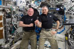 Scott Kelly og Mikhail Kornienko feiret 300 dager i rommet den 21. januar 2016. Da hadde de to bare 40 dager igjen av sitt 11 måneder lange opphold på romstasjonen. Foto: NASA