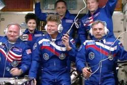 Mark Kelly (lengst til venstre) og Mikhail Kornienko (lengst til høyre) på romstasjonen sammen med resten av Ekspedisjon 42/43 der de to romfarerne skal være et helt år. Foto: NASA TV