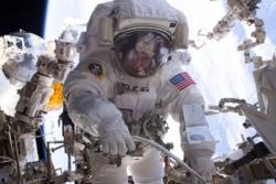Peggy Whitson er den kvinnelige romfareren som har gjennomført flest romvandringer. I september 2017 blir det mer enn ni romvandringer til sammen. Foto: NASA