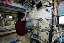 Den italienske astronauten Samantha Christoforetti åpner romstasjonens fryser som holder minus 90 grader. Her lagres biologiske og medisinske forsøk som skal tilbake til jorda. Foto. ESA/NASA
