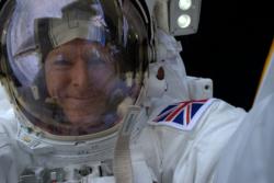 Tim Peakes selfie i rommet, tatt under romvandring på den internasjonale romstasjonen i januar 2016. Tim er den første britiske astronauten til å gjennomføre en romvandring. Foto: ESA/T. Peake