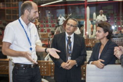 Jon Harr (t.v.), den norske oppskytingslederen ved romhavnen i Kourou, og den franske forsknings- og undervisningsministeren (lengst t.h.). Foto: ESA/CNES