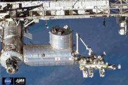 Fysikkeksperimentet CALET sitter (lengst til høyre i bildet) utenfor den japanske laboratoriemodulen Kibo på romstasjonen. Her undersøker CALET kosmisk stråling og kilder til disse nær jorda. Foto: NASA/JAXA