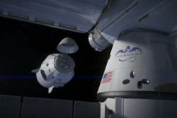 Dragon V2, som kan frakte opp til syv astronauter, dokker med den internasjonale romstasjonen. Grafikk: SpaceX