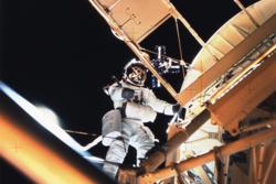 Astronaut på romvandring utenfor Skylab. Foto: NASA