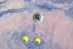 Den nye amerikanske romkapselen Orion under en fallskjermtest i 2016. Foto: NASA