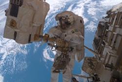 Christer Fuglesang på romvandring i 2006. Foto: NASA/ESA