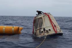 Dragon returnerer til jorda ved hjelp av fallskjermer og lander i havet. Foto. SpaceX