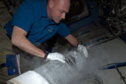 Den europeiske astronauten André Kuipers fryser ned blodprøver på romstasjonen. Foto: ESA