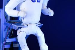 Robonaut R2 med de nye beina som ble skutt opp til romstasjonen i april 2014. Foto: NASA