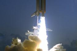 Romferga Endeavor farer til himmels for oppdrag STS-49. Foto: NASA