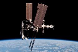 Den internasjonale romstasjonen, romfergen Endeavor og transportfartøyet ATV i mai 2011. Foto: ESA/NASA/P. Nespoli