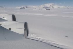 Isbremmen Crosson i Vest-Antarktis med Mount Murphy i bakgrunnen sett fra NASAs fly i Operation IceBridge. Foto: NASA/OIB/Michael Studinger