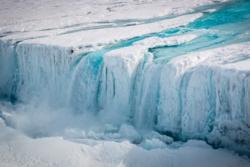 En dyp sprekk i isbremmen Nansen i Øst-Antarktis gjorde at isbremmen brakk av på tvers og kalvet to gigantiske isfjell 7. april 2016. Foto: ESA/C. Yakiwchuck