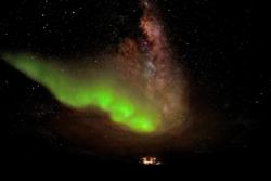 Sørlys og Melkeveien over Concordia-basen i Antarktis. Foto: ESA/IPEV/ENEAA/A. Kumar & E. Bondoux